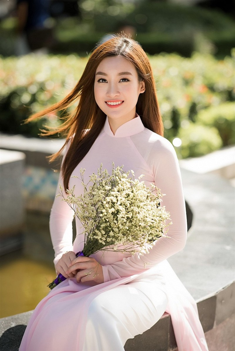 Hoa hậu Đỗ Mỹ Linh hình áo dài ở Phố Nguyễn Huệ