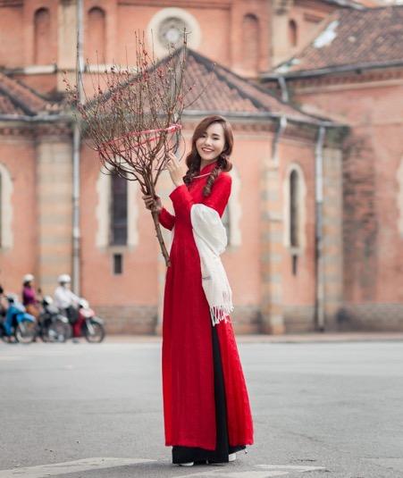 hình áo dài tết ở Nhà Thờ Đức Bà