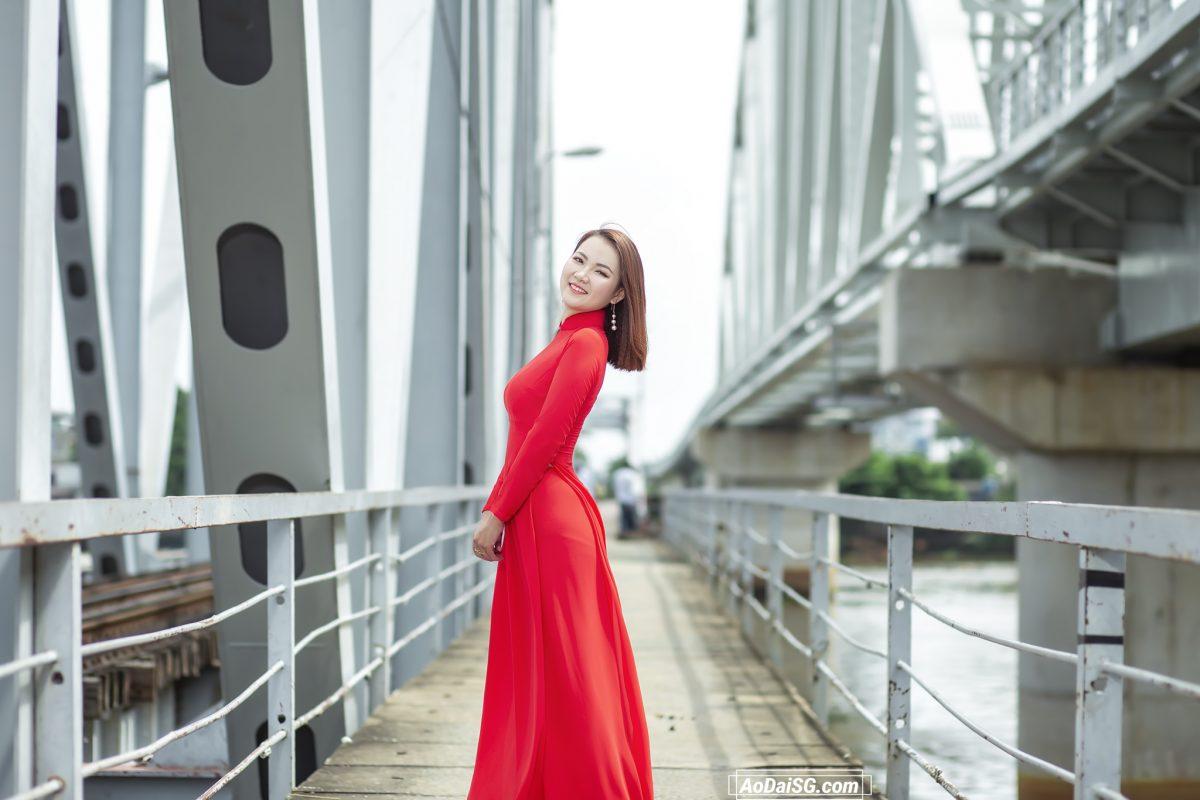 Hình áo dài ở cầu đường sắt Sài Gòn