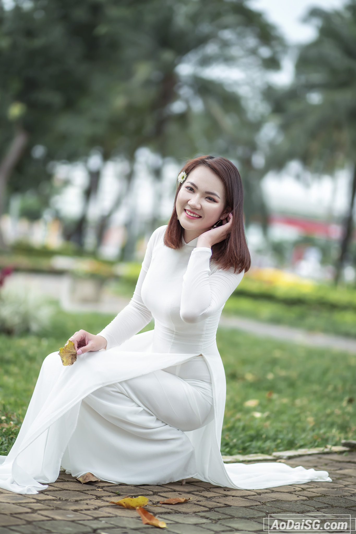 Hình áo dài với cúc hoa mi ở công viên Gia Định