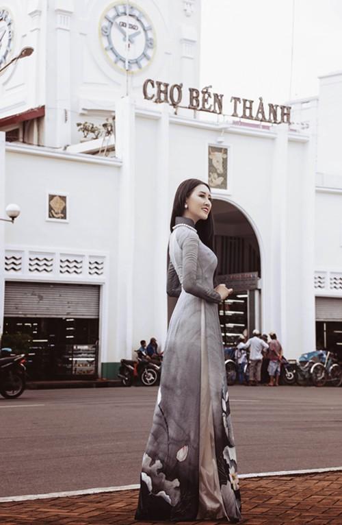 Ảnh áo dài hoa hậu Thúy Anh ở chợ Bến Thành