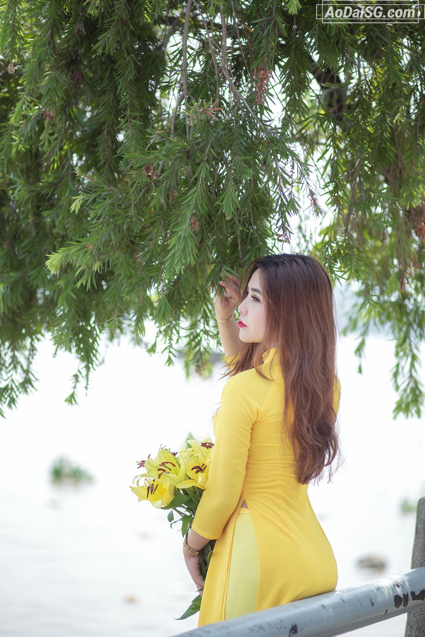 Chụp hình áo dài ở bờ kênh Sài Gòn