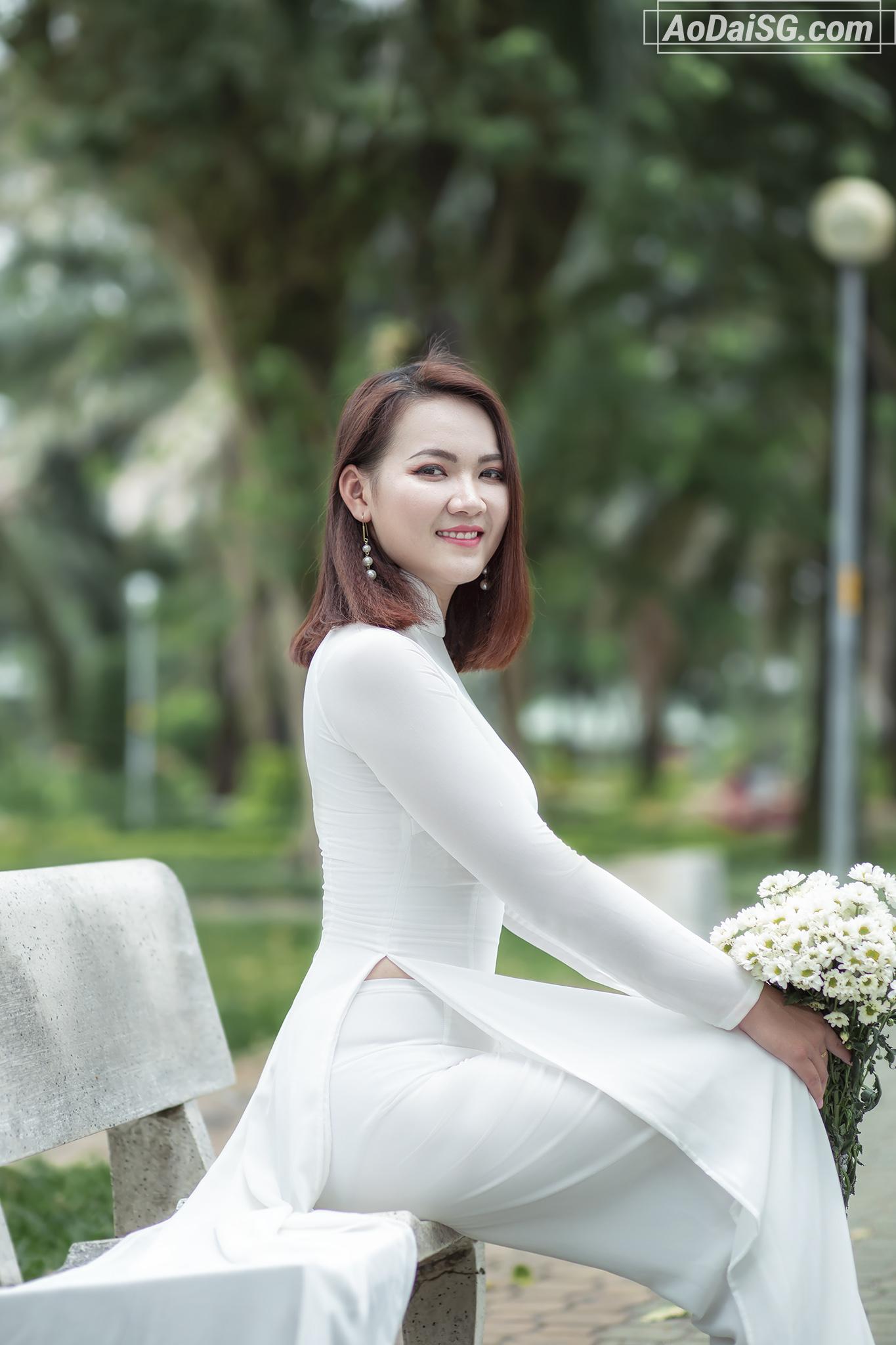 chụp hình áo dài trắng vời hoa cúc