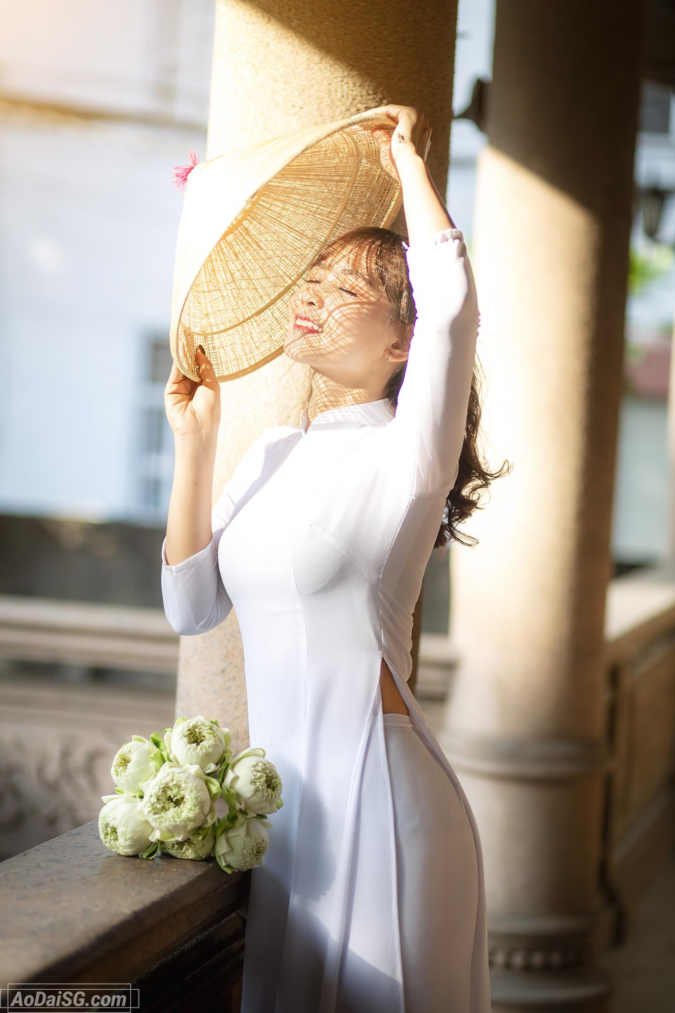 Hình áo dài trắng với nón lá thưa