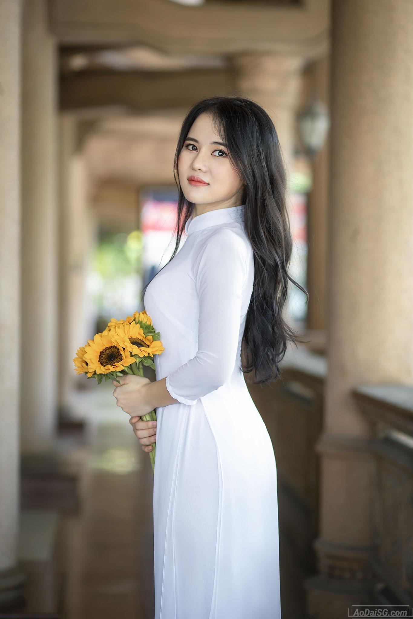 tạo dáng áo dài với hoa