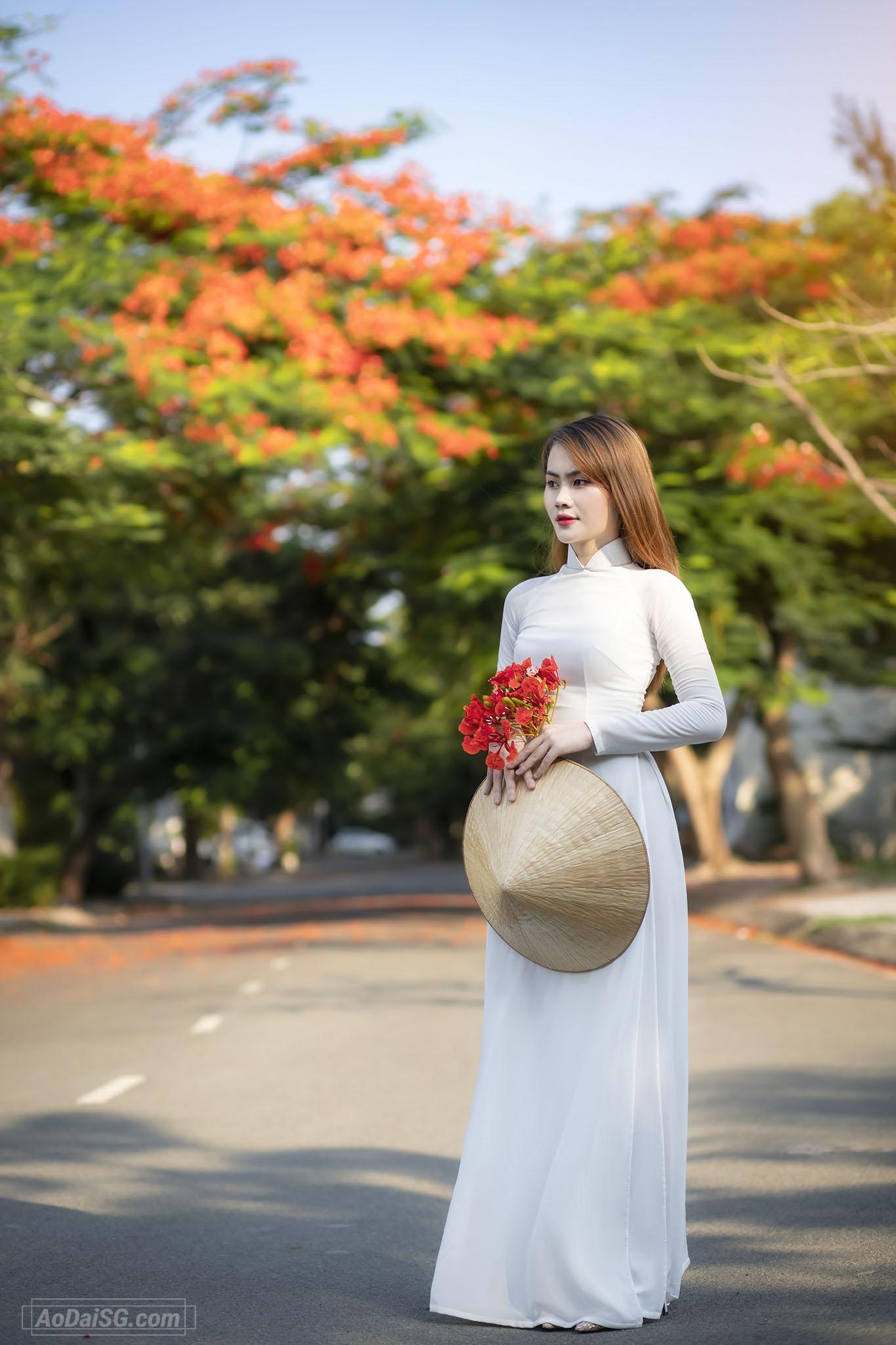 Tạo dáng với áo dài trắng