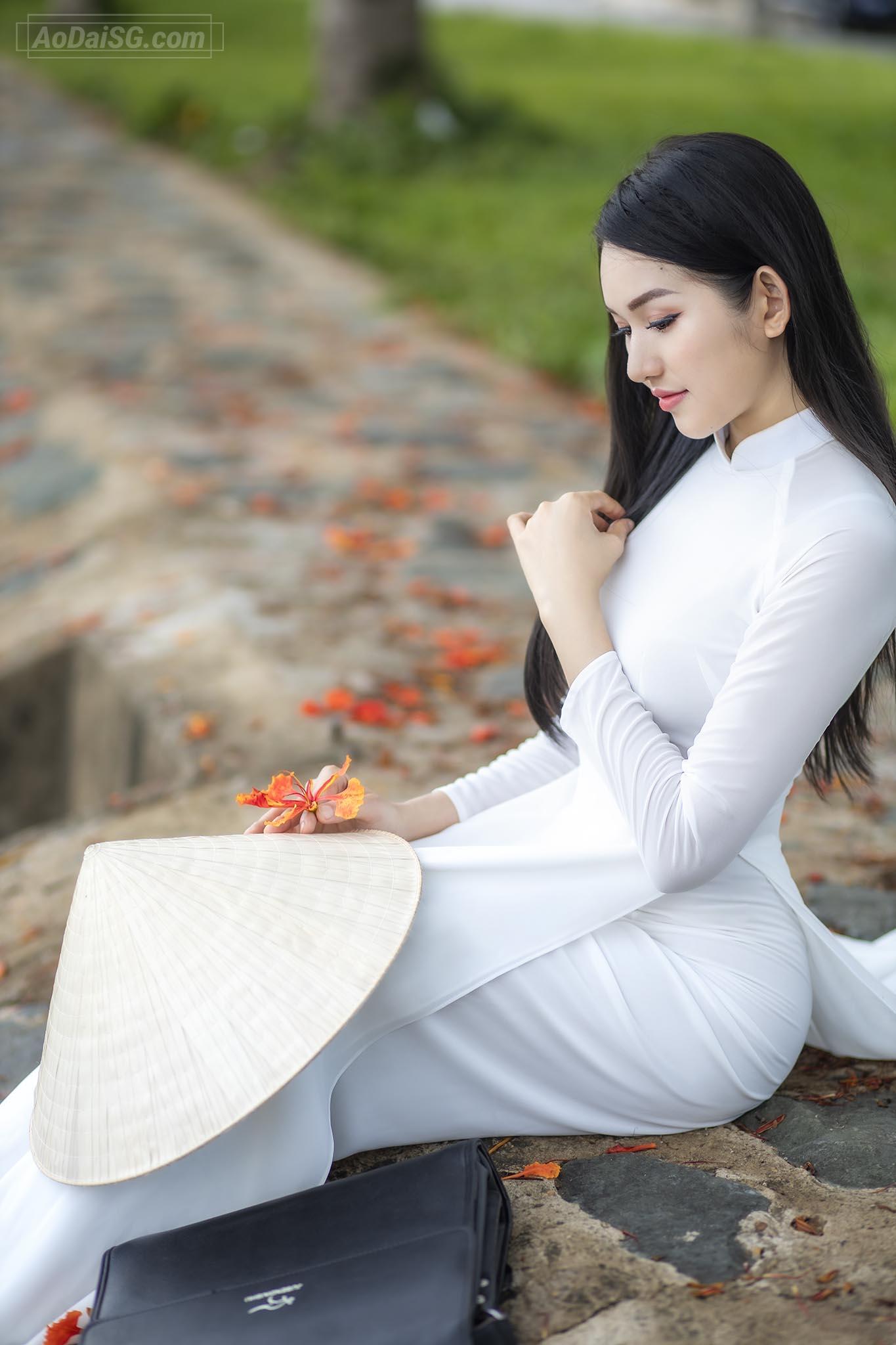 anh ao dai voi hoa phuong tai hcm