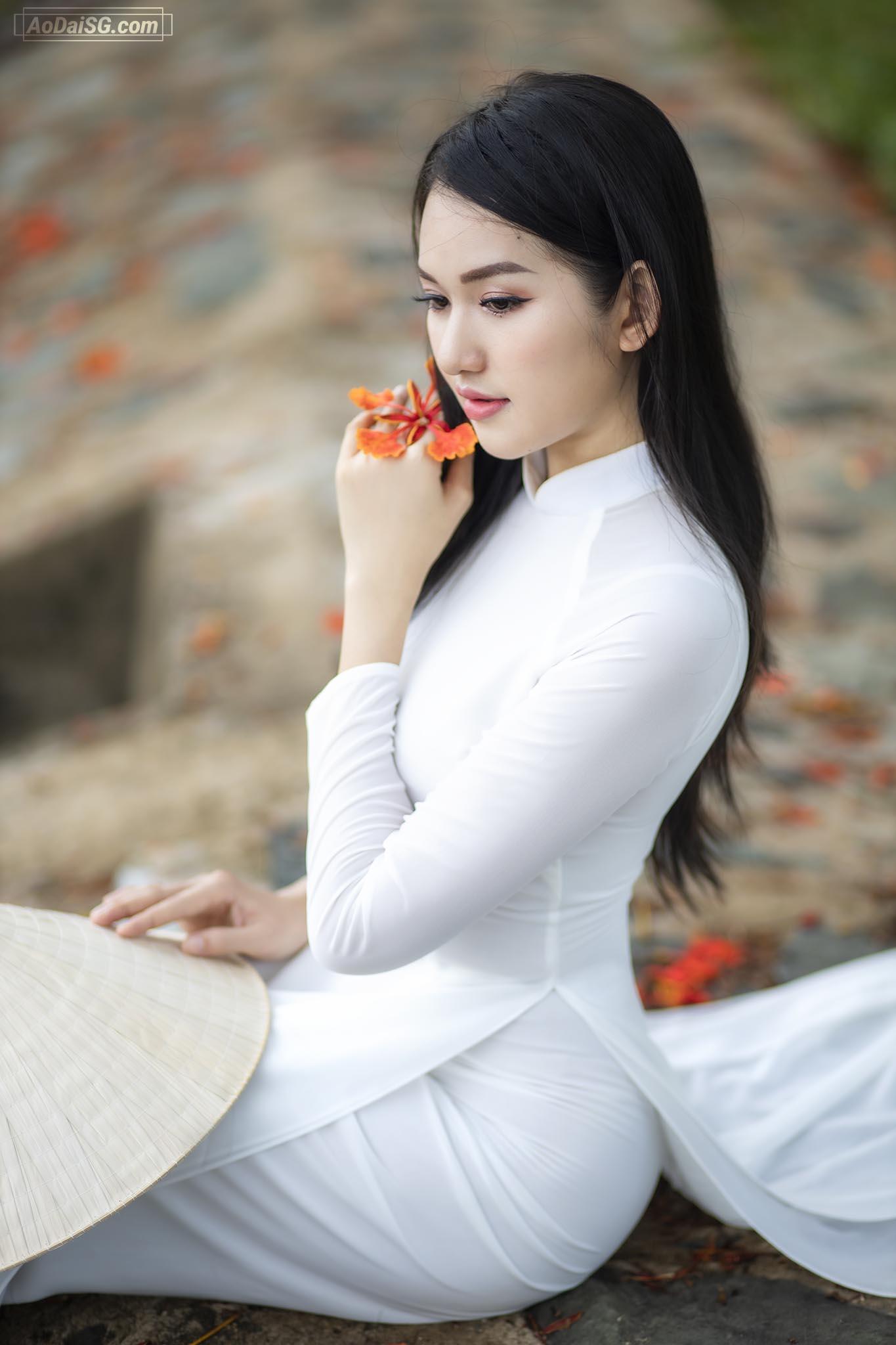 hinh ao dai voi hoa phuong tai hcm