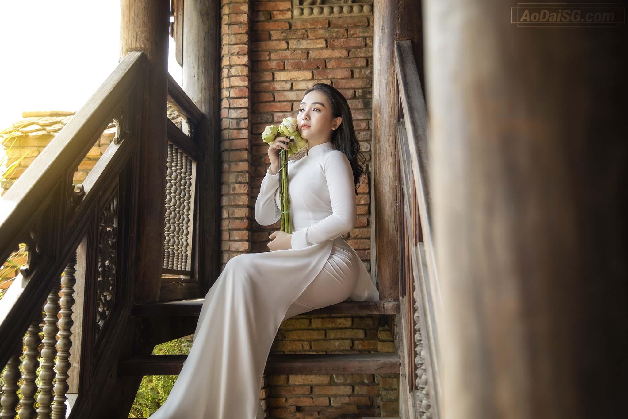 Anh Ao Dai Trang voi Hoa Sen